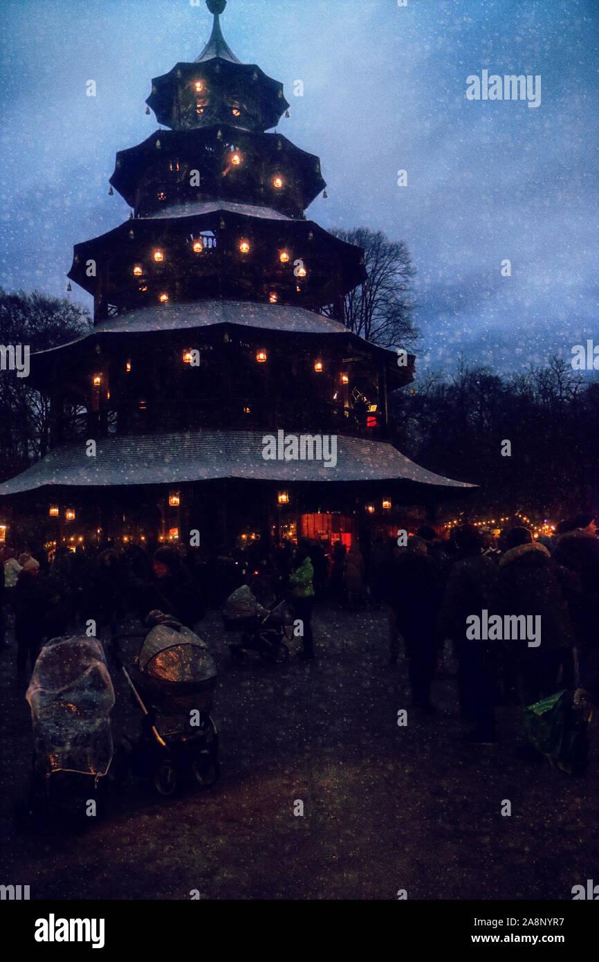 Munich, Allemagne - Marché de Noël à la Tour Chinoise au Jardin Anglais de nuit avec des chutes de neige Banque D'Images
