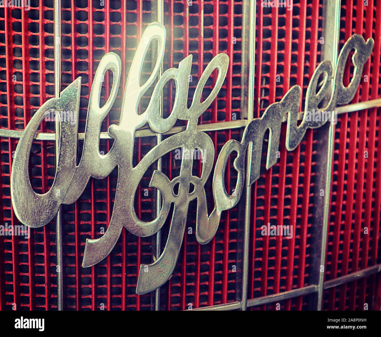 Vintage brillant argent Alfa Romeo logo sur la calandre rouge Banque D'Images