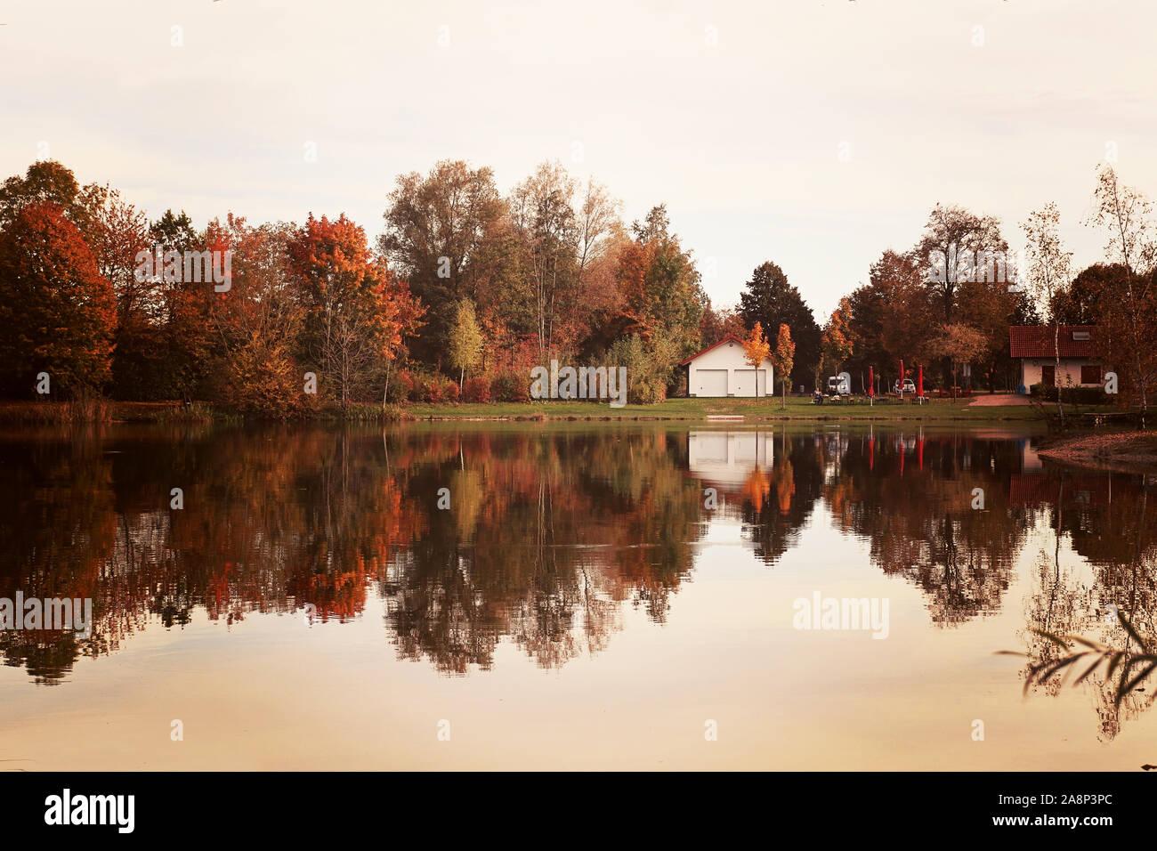 Badeweiher petit lac près de Finsing - Haute-bavière - en automne, calme et bord de l'eau comme un miroir Banque D'Images