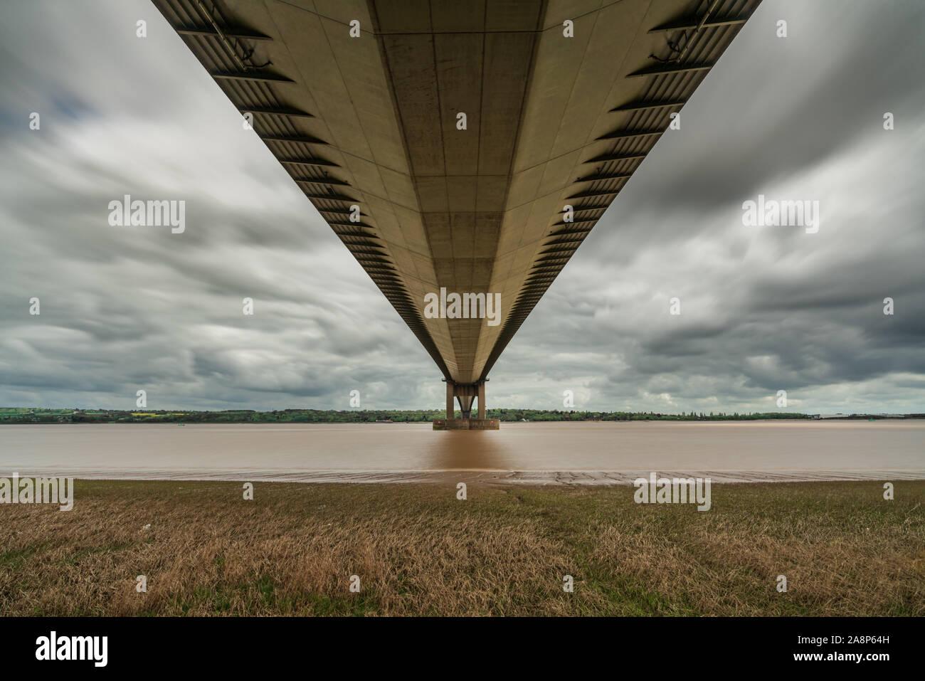Nuages gris sur le Humber Bridge, vu de Barrow-upon-Humber dans le Nord du Lincolnshire, Angleterre, RU Banque D'Images