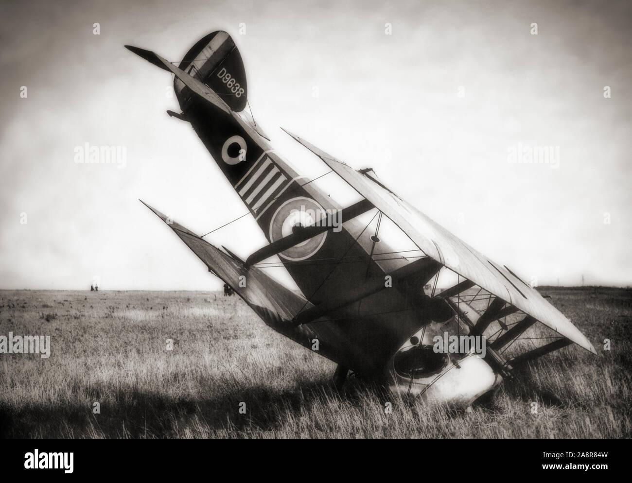 Un Sopwith Camel après un atterrissage forcé. La Première Guerre mondiale, le seul avion de chasse biplan places a été introduit sur le front occidental en 1917. Il était propulsé par un moteur rotatif unique et était armé de deux mitrailleuses Vickers synchronisée. S'avère difficile à manipuler, elle prévoit un haut niveau de maniabilité d'un pilote expérimenté, un attribut qui a été très appréciée dans l'utilisation principale du type comme un avion de chasse. Au total, les pilotes de chameaux ont été crédités avec downing 1 294 avions ennemis, plus que tout autre chasseur allié du conflit. Banque D'Images