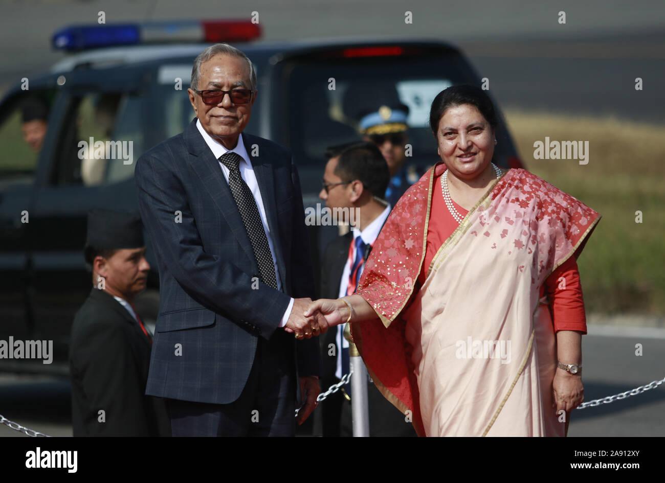 Katmandou, Népal. 12 Nov, 2019. Le Président du Bangladesh Abdul Hamid (L), serre la main du président du Népal Bidhya Devi Bhandari lors de son arrivée à l'aéroport international de Tribhuvan à Katmandou le Mardi, Novembre 12, 2019. Credit: Dipen Shrestha/ZUMA/Alamy Fil Live News Banque D'Images