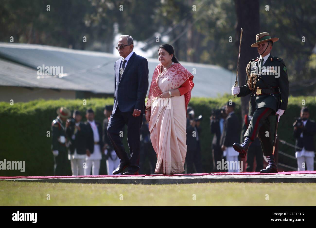 Katmandou, Népal. 12 Nov, 2019. Le Président du Bangladesh Abdul Hamid (L) promenades avec le président du Népal Bidhya Devi Bhandari lors de son arrivée à l'aéroport international de Tribhuvan à Katmandou le Mardi, Novembre 12, 2019. Credit: Dipen Shrestha/ZUMA/Alamy Fil Live News Banque D'Images