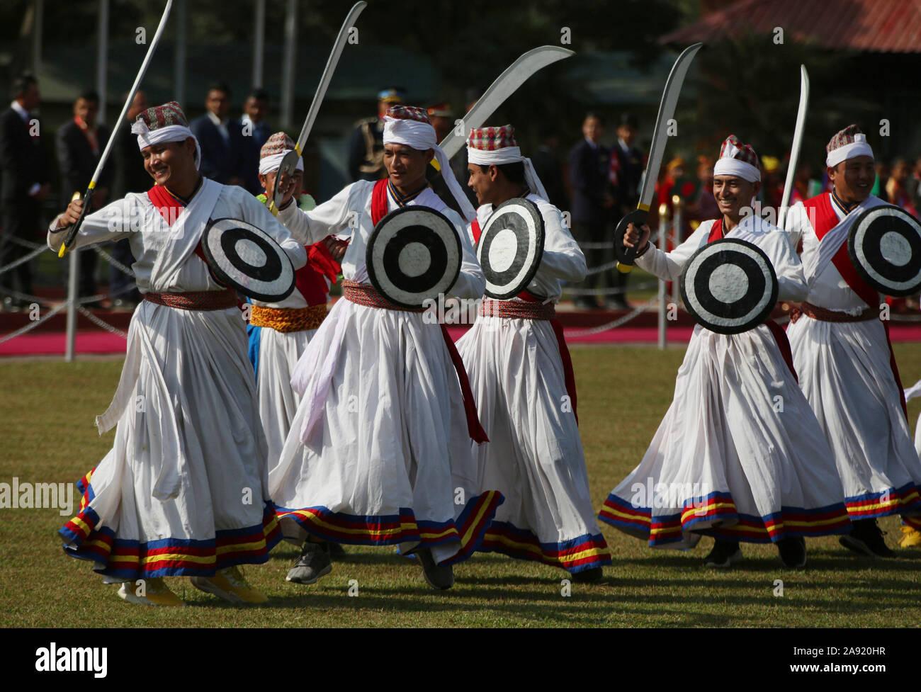 Katmandou, Népal. 12 Nov, 2019. Costumes traditionnels népalais avec danseurs effectuer tout en accueillant le Président du Bangladesh M Abdul Hamid à l'aéroport international de Tribhuvan à Katmandou, capitale du Népal, le 12 novembre 2019. Le président du Bangladesh M Abdul Hamid est arrivé à Katmandou le mardi pour quatre jours de visite officielle. Credit: Str/Xinhua/Alamy Live News Banque D'Images