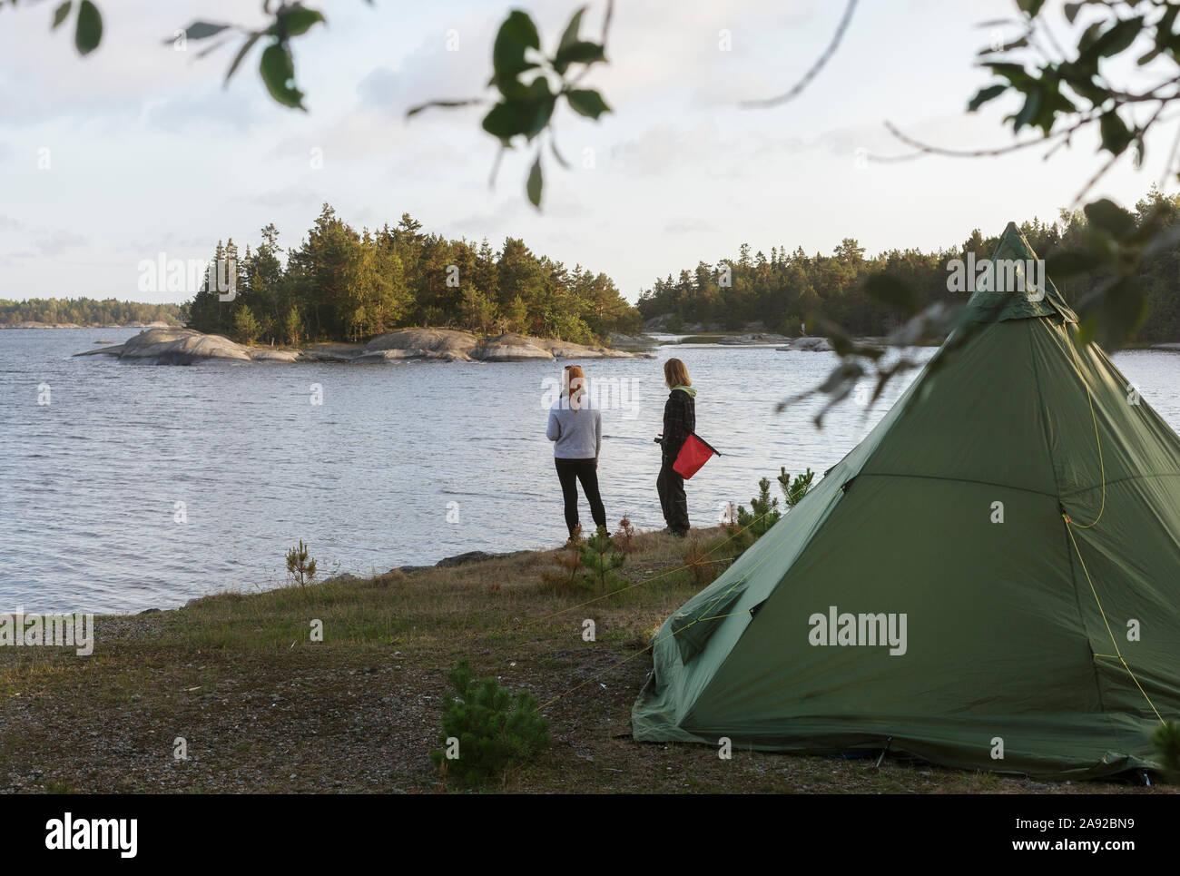 Les femmes camping Banque D'Images