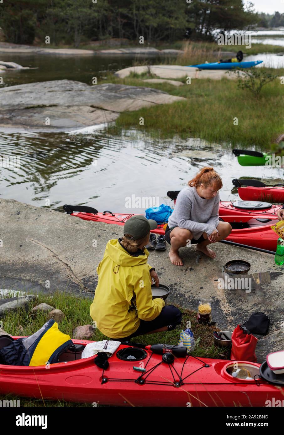 Les femmes sur l'excursion de canotage Banque D'Images