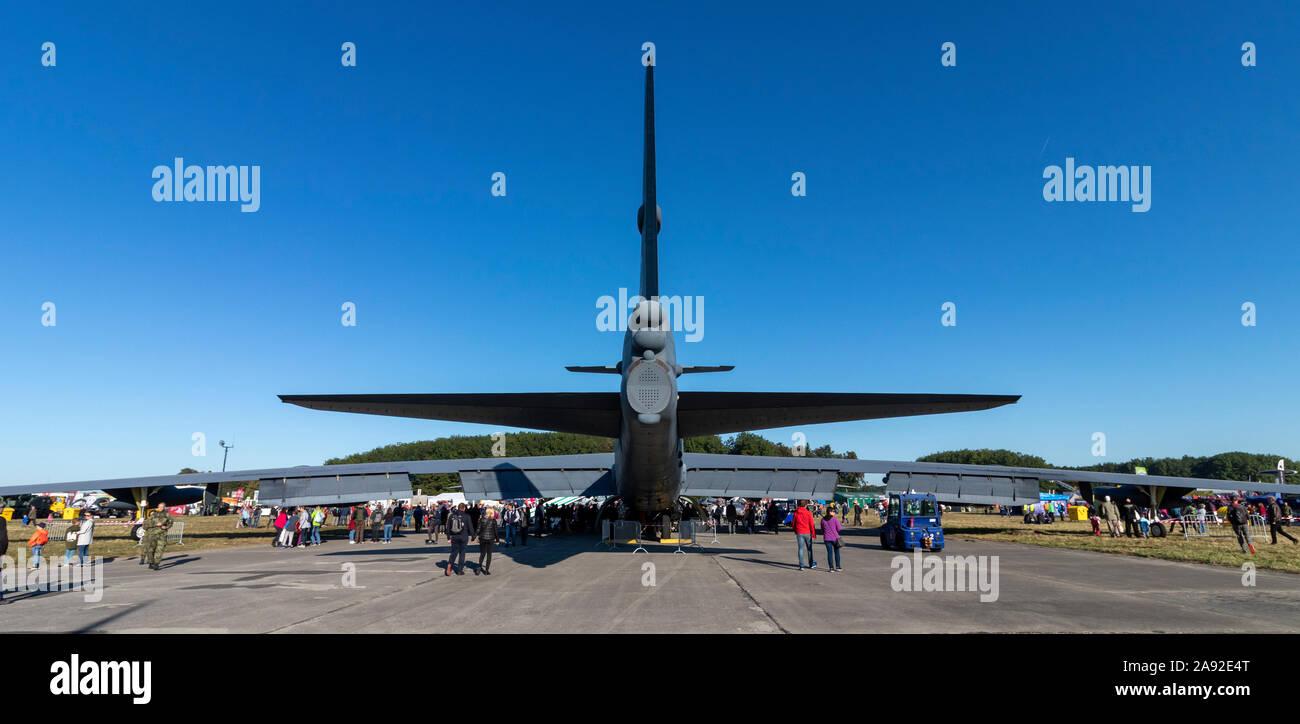 OSTRAVA, RÉPUBLIQUE TCHÈQUE - le 22 septembre 2019: Journées de l'OTAN. Des bombardiers stratégiques B-52 Stratofortress de l'US Air Force sur l'écran, entouré par une foule de Banque D'Images