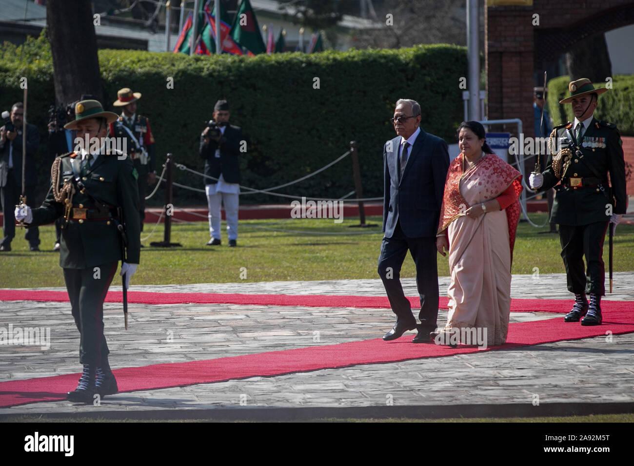 Katmandou, Népal. 20 Nov, 2019. Le président du Bangladesh, Abdul Hamid (C, à gauche) et le président du Népal, Bidhya Devi Bhandari (C, à droite) a reçu par la garde d'honneur au cours d'une cérémonie d'accueil à l'aéroport international de Tribhuvan. Le président du Bangladesh est sur une bonne volonté officielle de trois jours à visiter le Népal à l'invitation du président du Népal. Credit: SOPA/Alamy Images Limited Live News Banque D'Images