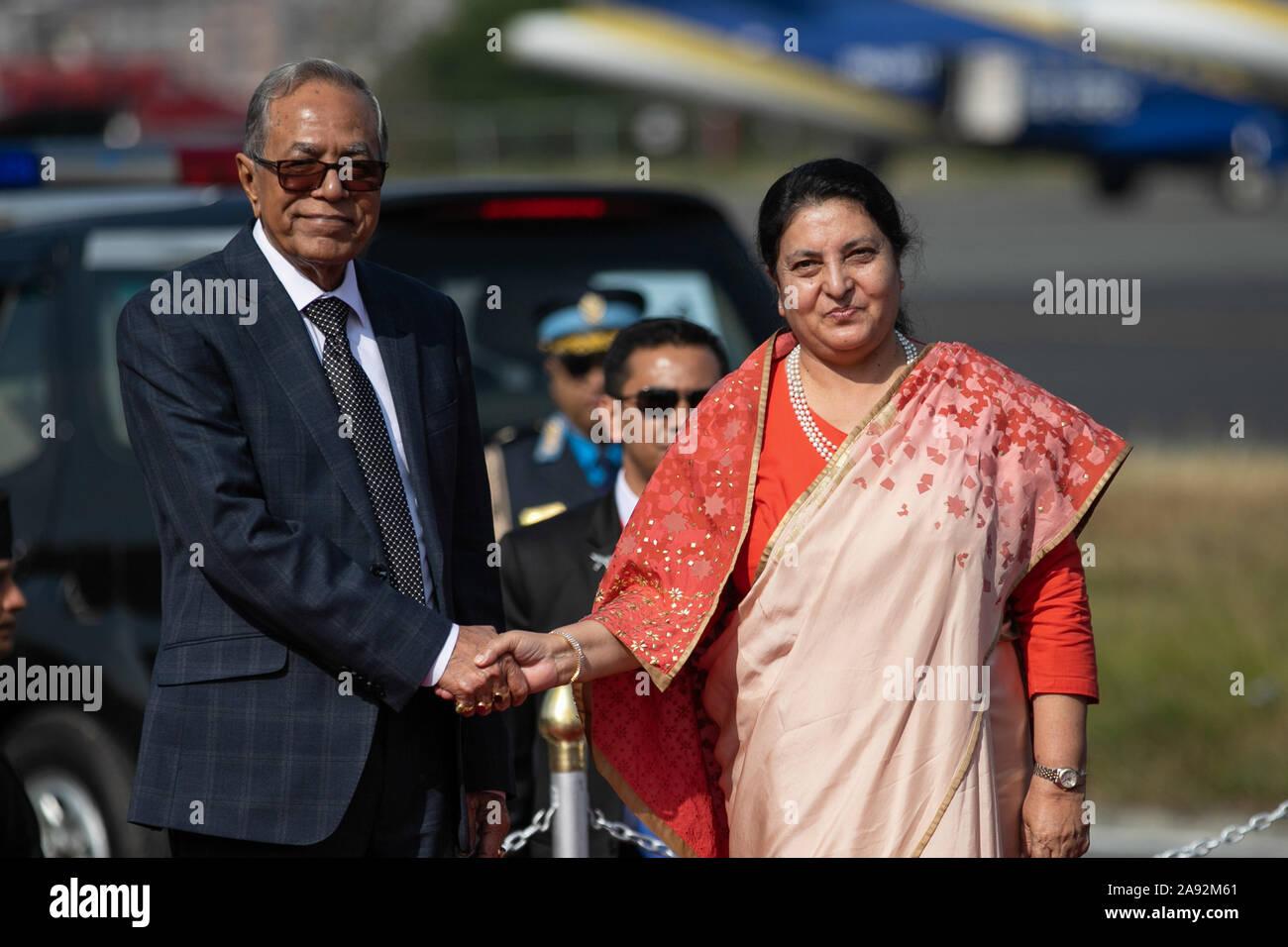 Katmandou, Népal. 20 Nov, 2019. Le président du Bangladesh, Abdul Hamid (L) et président du Népal, Bidhya Devi Bhandari (R) se serrer la main au cours d'une cérémonie d'accueil à l'aéroport international de Tribhuvan. Le président du Bangladesh est sur une bonne volonté officielle de trois jours à visiter le Népal à l'invitation du président du Népal. Credit: SOPA/Alamy Images Limited Live News Banque D'Images