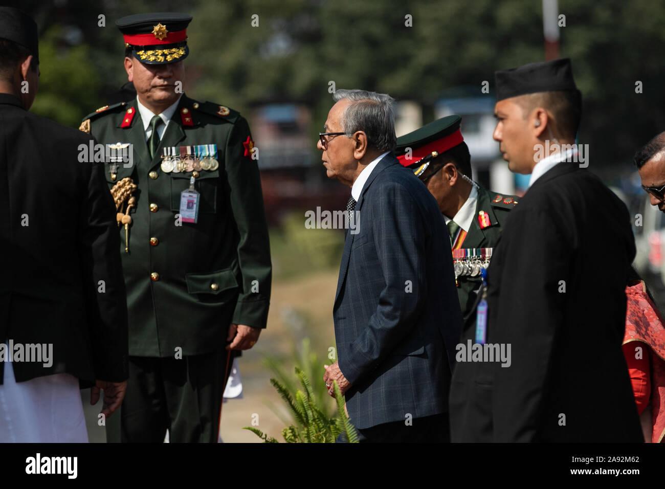Katmandou, Népal. 20 Nov, 2019. Le président du Bangladesh, Abdul Hamid (c) à son arrivée à l'aéroport international de Tribhuvan. Le président du Bangladesh est sur une bonne volonté officielle de trois jours à visiter le Népal à l'invitation du président du Népal. Credit: SOPA/Alamy Images Limited Live News Banque D'Images