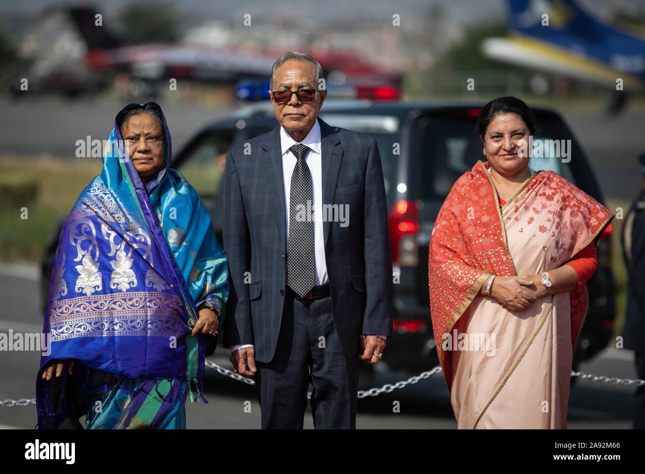 Katmandou, Népal. 20 Nov, 2019. Le président du Bangladesh, Abdul Hamid (c) et le président du Népal, Bidhya Devi Bhandari (R) et la première dame du Bangladesh Rashida Hamid (L) poser pour des photos à leur arrivée à l'aéroport international de Tribhuvan à Katmandou. Le président du Bangladesh est sur une bonne volonté officielle de trois jours à visiter le Népal à l'invitation du président du Népal. Credit: SOPA/Alamy Images Limited Live News Banque D'Images