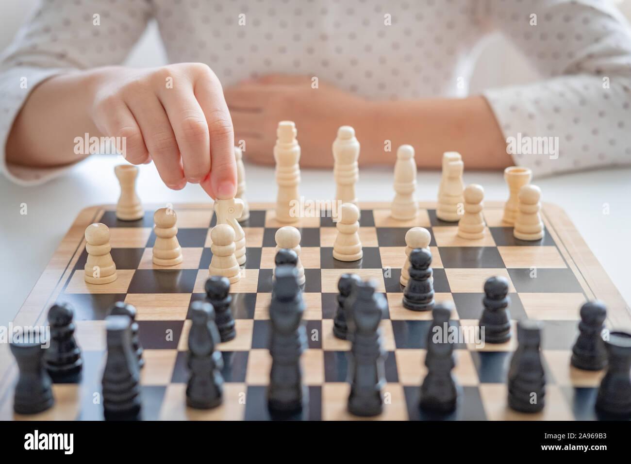 Une fille apprendre à jouer aux échecs Banque D'Images