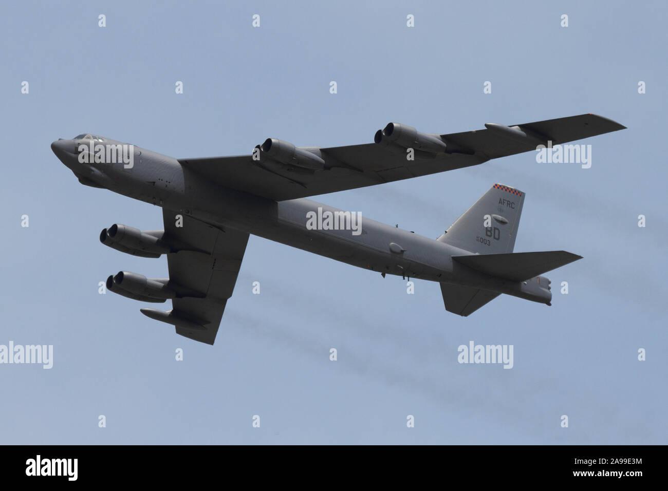 Un United States Air Force B-52 Stratofortress effectue un survol à l'Airshow de Dayton de 2012. Banque D'Images