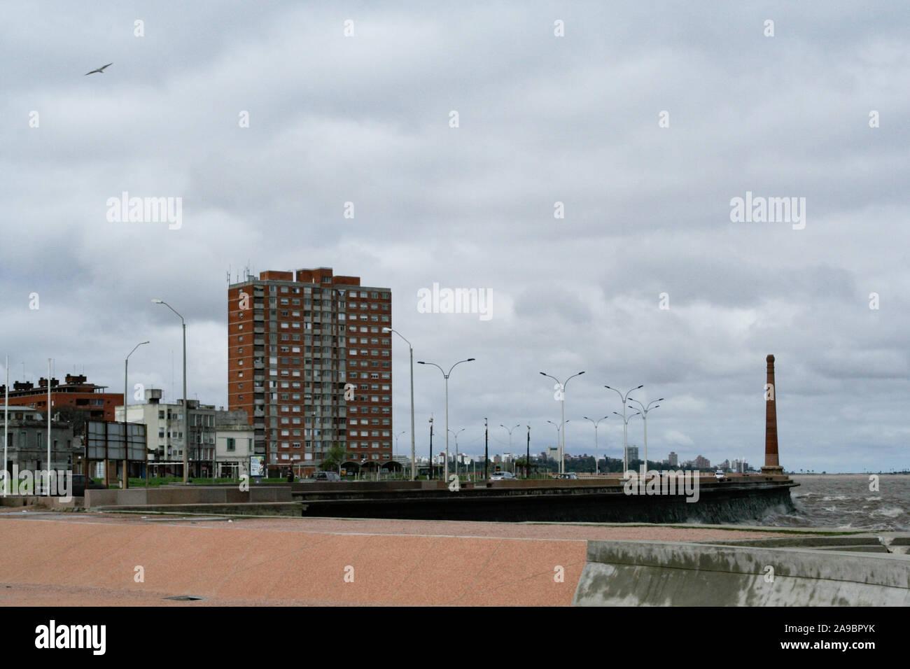 Montevideo, Uruguay. 19 Septembre, 2007. Vue extérieure de l'immeuble front de mer près de Rambla Francia, une avenue le long du littoral, et l'ancienne colonne vent tournant dans le quartier Ciudad Vieja/district dans la partie la plus ancienne de la ville de Montevideo, Uruguay. Banque D'Images