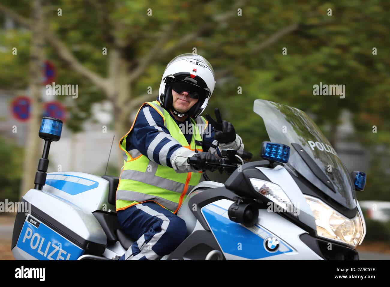 Berlin, Berlin / Allemagne, Septembre 15, 2018. Les agents de police de Berlin sur les motocyclettes fixant le Scater en ligne dans le cadre de course le Marathon de Berlin. Banque D'Images