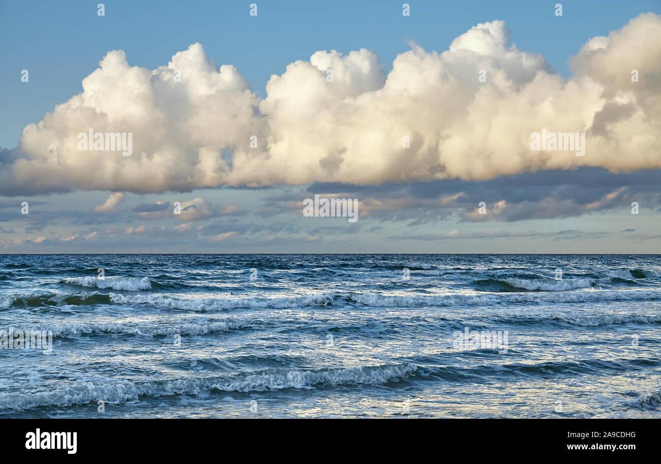 Scenic cloudscape au-dessus de la mer au coucher du soleil. Banque D'Images