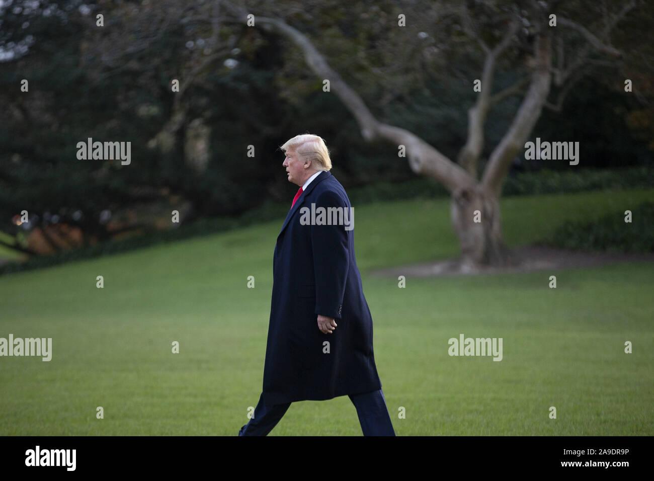"""Washington, District de Columbia, Etats-Unis. 14Th Nov, 2019. Le Président des Etats-Unis, Donald J. Trump promenades à bord d'un marin à la Maison Blanche à Washington, DC, États-Unis, le Jeudi, Novembre 14, 2019, alors qu'il part pour un """"Keep America Great'' rassemblement à Bossier City, en Louisiane. Credit: Stefani Reynolds/CNP/ZUMA/Alamy Fil Live News Banque D'Images"""