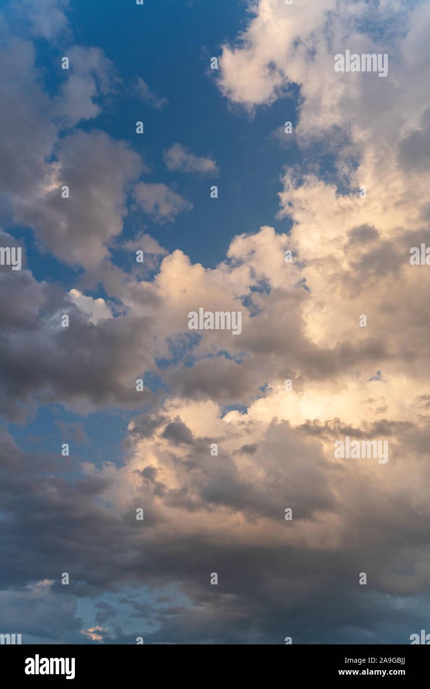 Epic blanc contre le ciel bleu nuages Banque D'Images