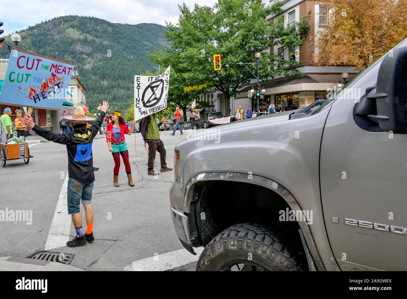 Rébellion d'extinction et d'arrêt des militants occupent le centre de l'intersection pour quatre minutes pour souligner le besoin de changement, Nelson (Colombie-Britannique), Cana Banque D'Images