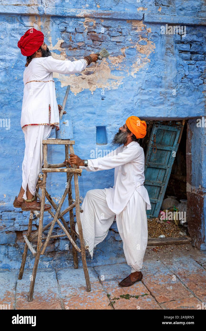 Deux hommes peindre les murs d'une maison dans la ville bleue de Jodhpur, Jodhpur, Rajasthan, India Banque D'Images