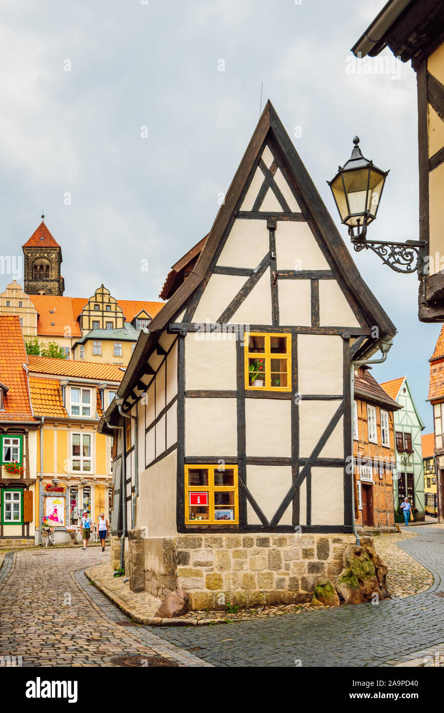 Vue de l'étroitesse de la maison à colombages Finkenherd. Maison traditionnelle dans la ville médiévale de Quedlinburg, partie de l'UNESCO World Heritage Site. Banque D'Images