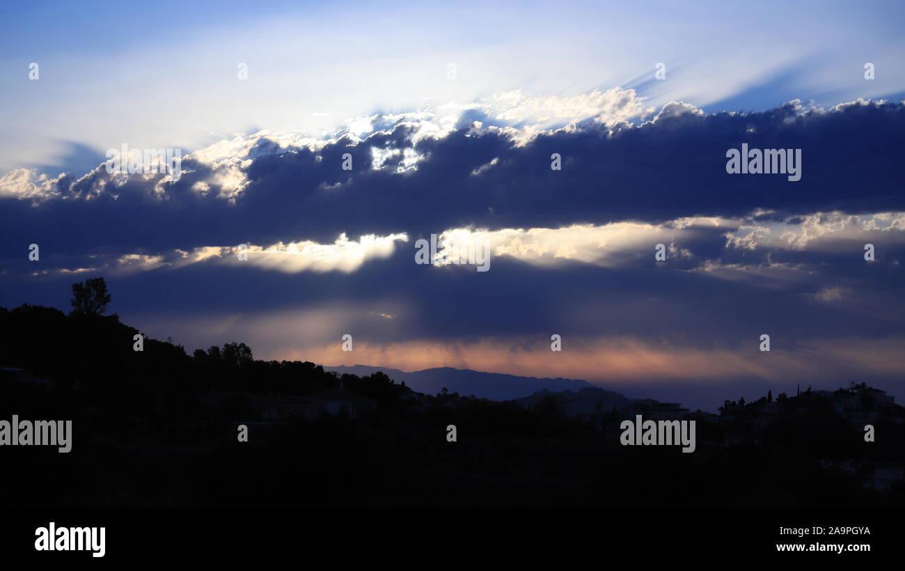 Skylines inhabituelle et formations de nuages distincts et industrielle Banque D'Images