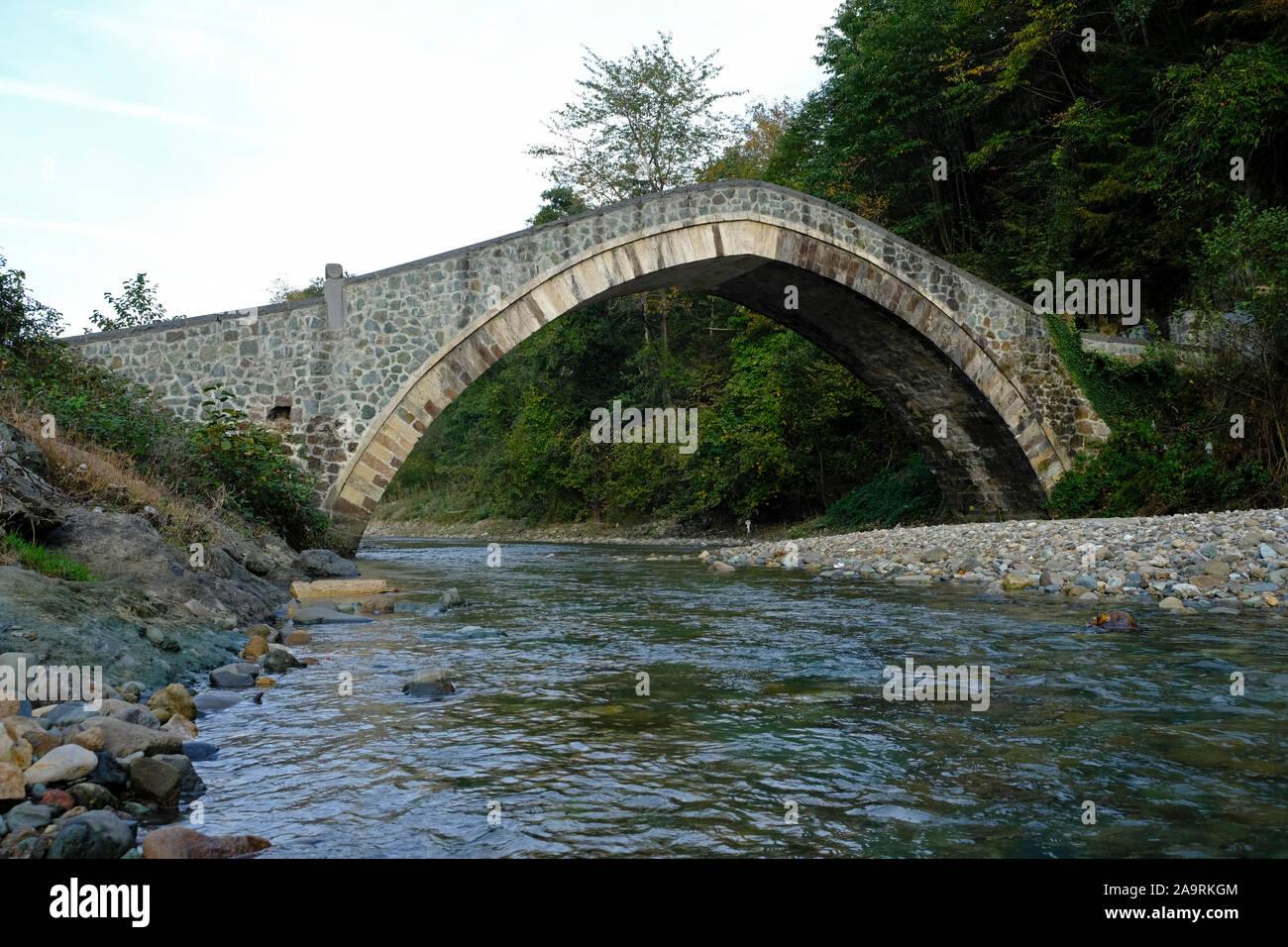 Il y a de nombreux ponts de pierre Ottoman le long de la vallée d'yanbolu à Trabzon province. L'un d'entre eux est le pont de yeniköy Banque D'Images