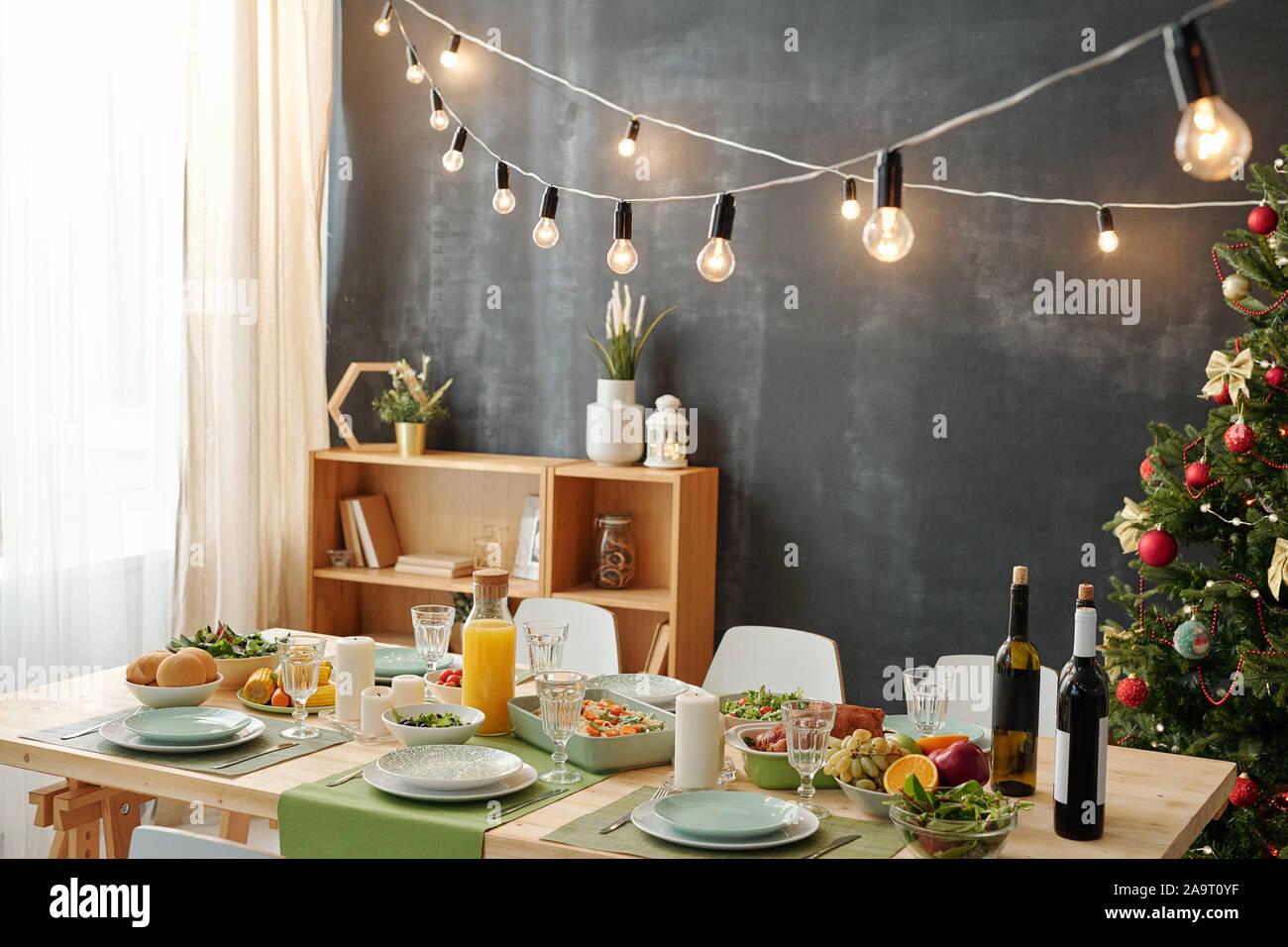 Table de fête servi pour fête de Noël avec les lampes suspendues sur meal Banque D'Images