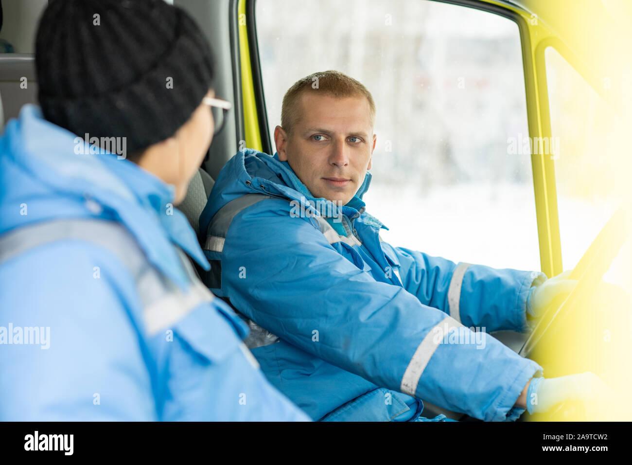 Jeune conducteur d'ambulance à parler aux femmes et la direction du Service paramédic Banque D'Images