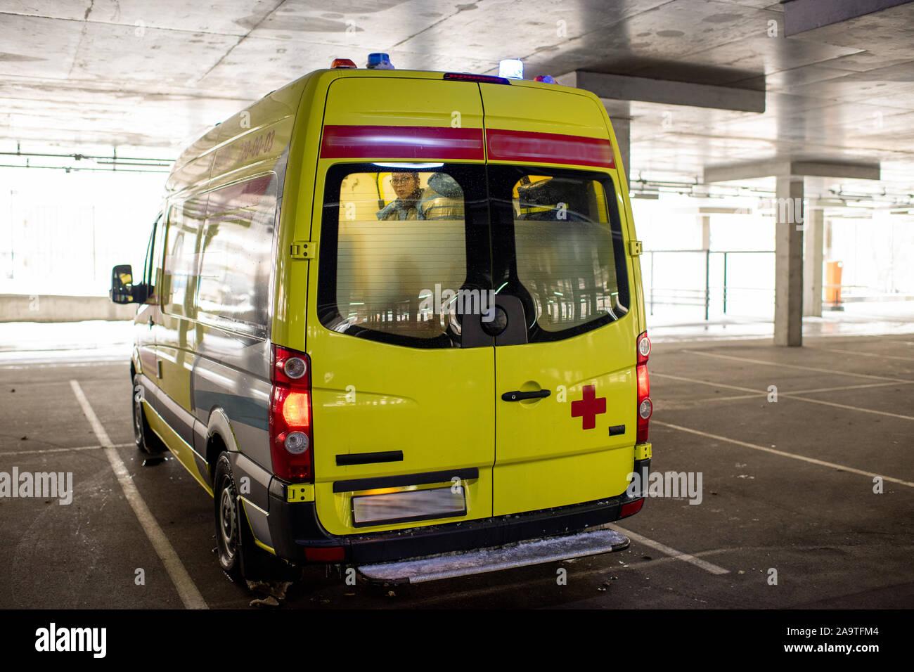 Avec voiture ambulance paramedics de brigade à l'intérieur de sortir de station parking Banque D'Images