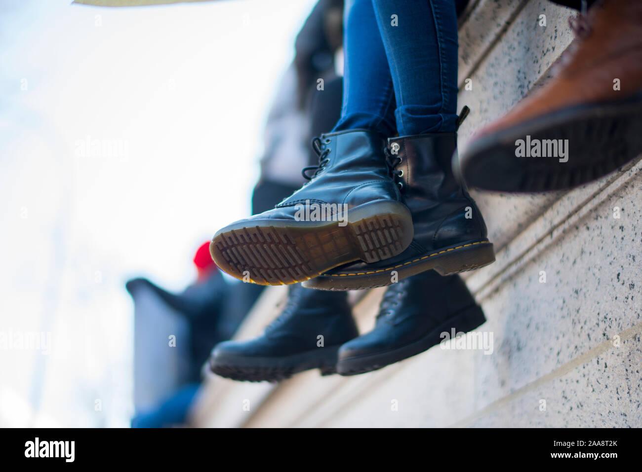 Black jack boots dangling off un surplomb Banque D'Images