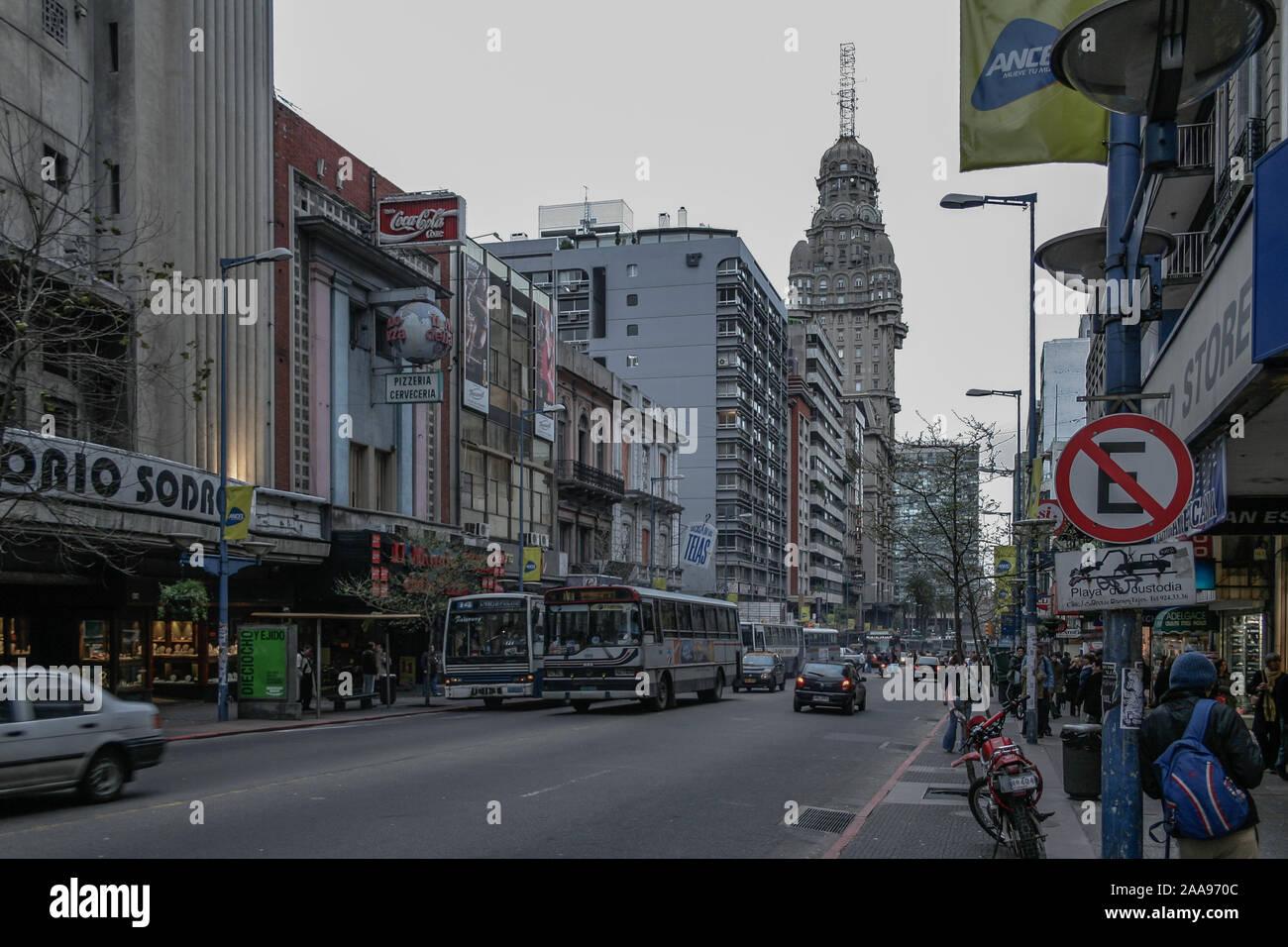Montevideo, Uruguay. 19 Septembre, 2007. Vue extérieure des bâtiments et situé le long de la rue Av. 18 de Julio (18 de Julio Avenue), vu au cours de jour nuageux dans le quartier Centro/district à Montevideo, Uruguay. Banque D'Images