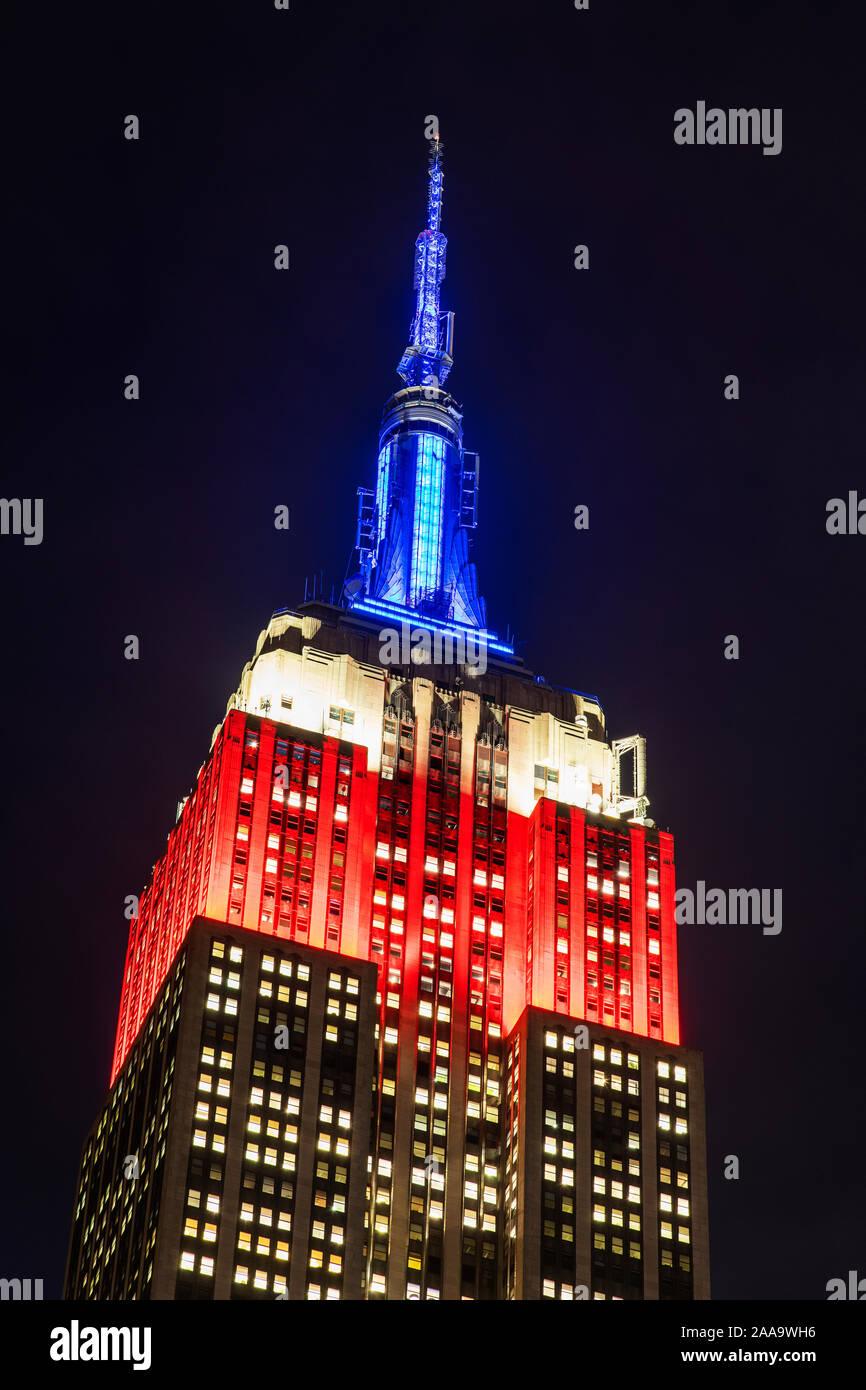 L'Empire State Building illuminé en l'honneur des anciens combattants journée avec les couleurs du drapeau des États-Unis d'Amérique, Manhattan, New York, USA Banque D'Images