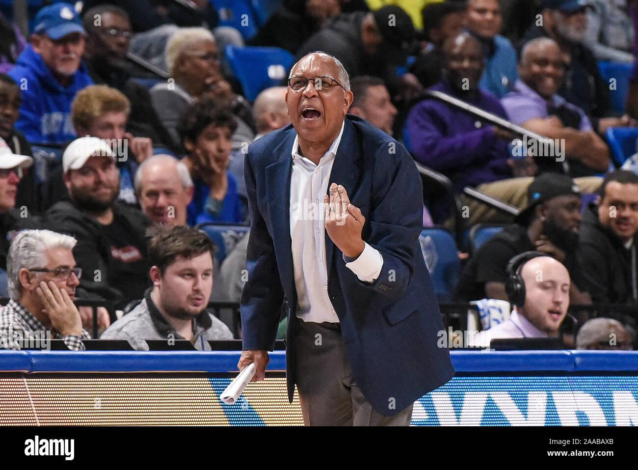 Nov 20, 2019 High Point: l'entraîneur-chef des Panthers Tubby Smith se lamente instructions à ses joueurs lors d'un match de saison régulière où le point haut des Panthères ont visité le Saint Louis Billikens. Tenue à Chaifetz Arena à Saint Louis, MO Richard Ulreich/CSM Banque D'Images
