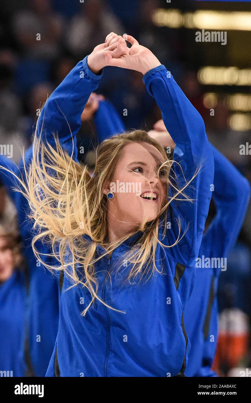 Nov 20, 2019: Les cheveux vole en tant que membre de l'équipe de danse St Louis Saintsation effectuée pendant un match de saison régulière où le point haut des Panthères ont visité le Saint Louis Billikens. Tenue à Chaifetz Arena à Saint Louis, MO Richard Ulreich/CSM Banque D'Images