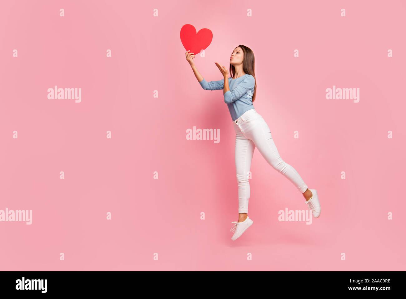 Toute la longueur du côté de la taille du corps aux cheveux bruns photo de profil positif gai joli gentil mignon fille tendre baiser à l'air d'envoi coeur tenue pastel isolés Banque D'Images
