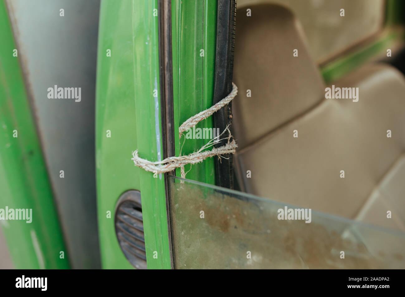 Vieille voiture rouillée et cassée en été Asie Banque D'Images