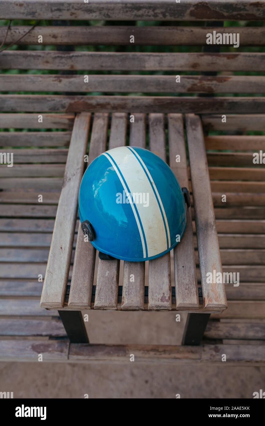 Casque de vélo sur banc en bois en Asie Banque D'Images