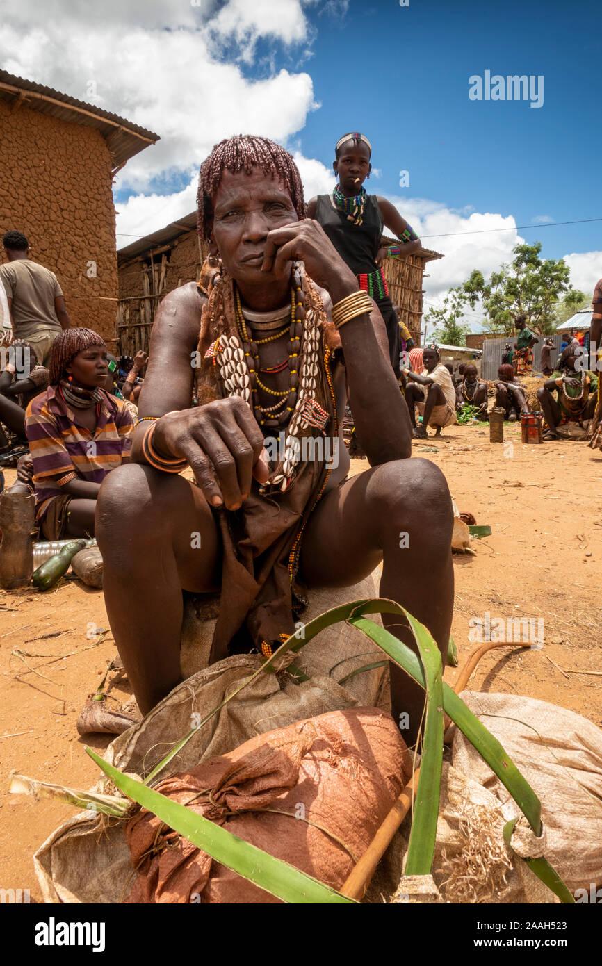 L'Éthiopie, de l'Omo, Turmi, marché hebdomadaire, Hamar femme tribal charbon vente Banque D'Images