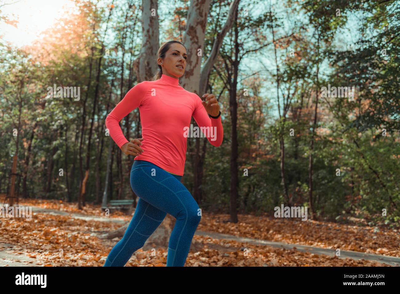 Woman jogging dans un parc Banque D'Images