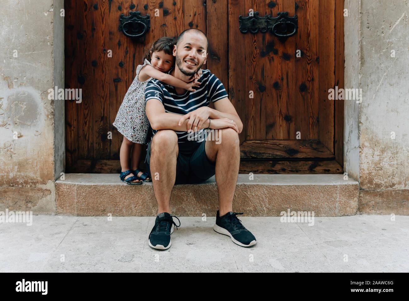 Portrait of happy little girl embrassant son père à l'extérieur, Mallorca, Espagne Banque D'Images