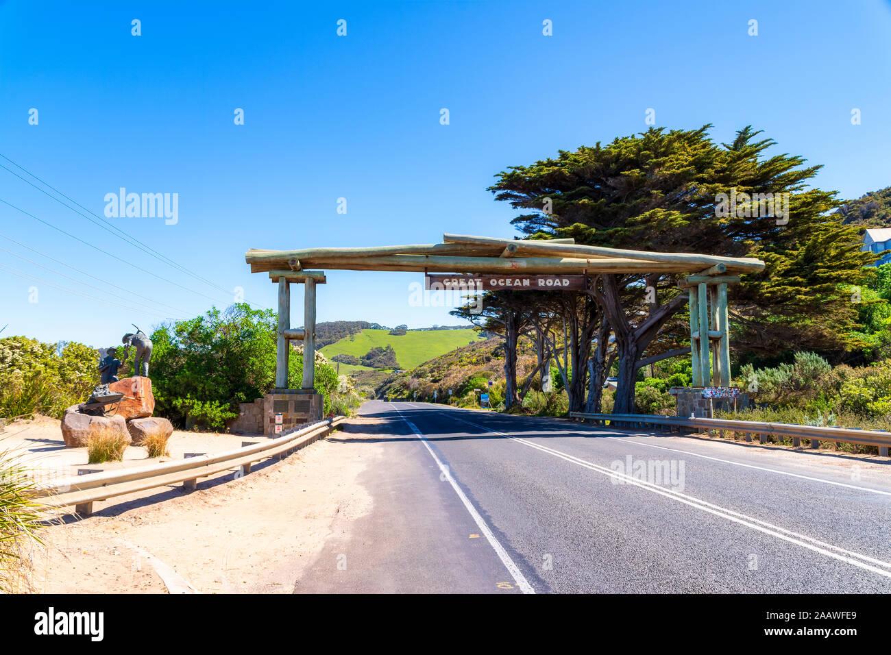 Structure construite au point de départ de Great Ocean Road contre le ciel bleu clair, Victoria, Australie Banque D'Images
