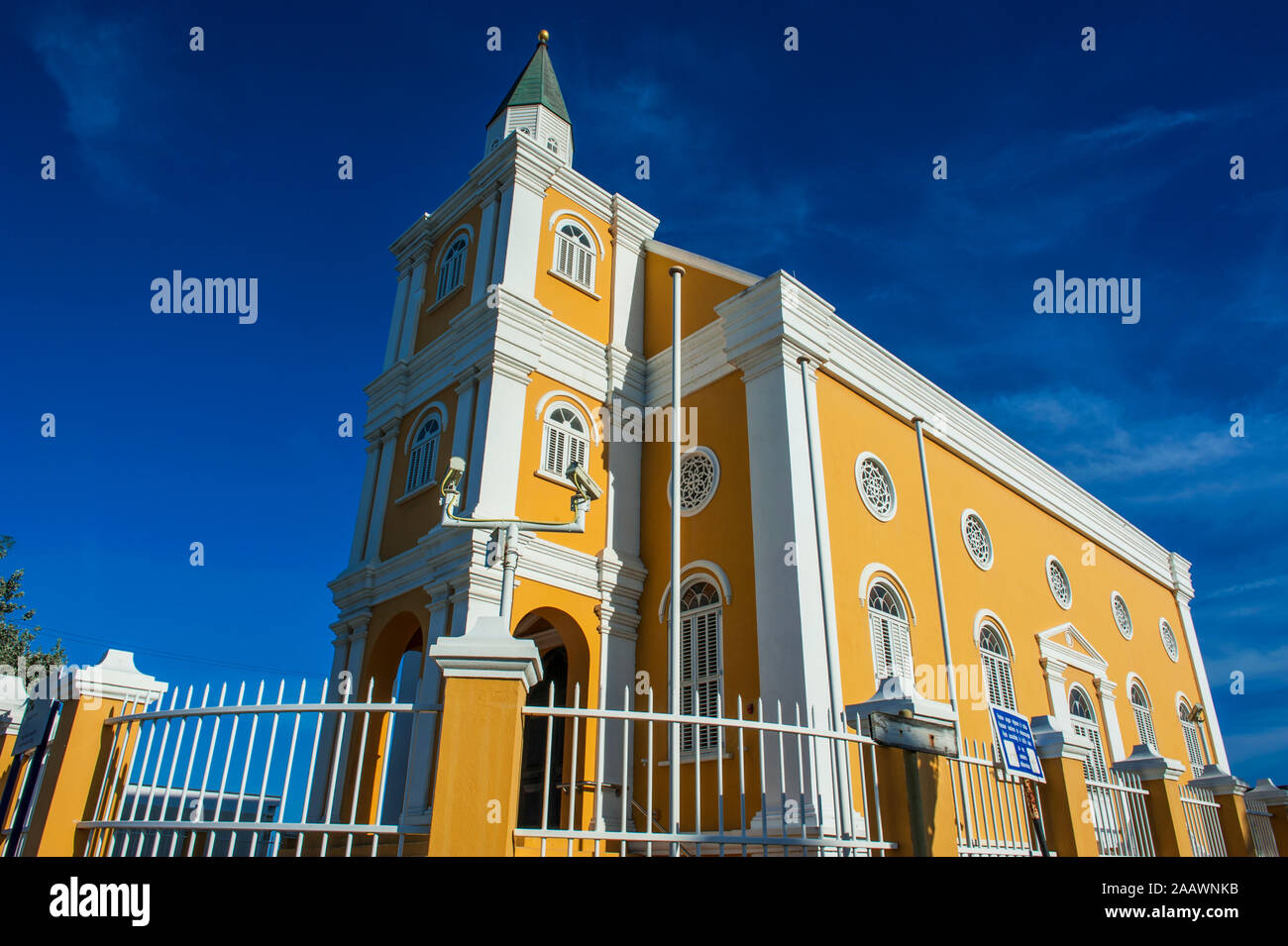 Low angle view of church contre ciel bleu dans la ville de Willemstad, Curaçao Banque D'Images