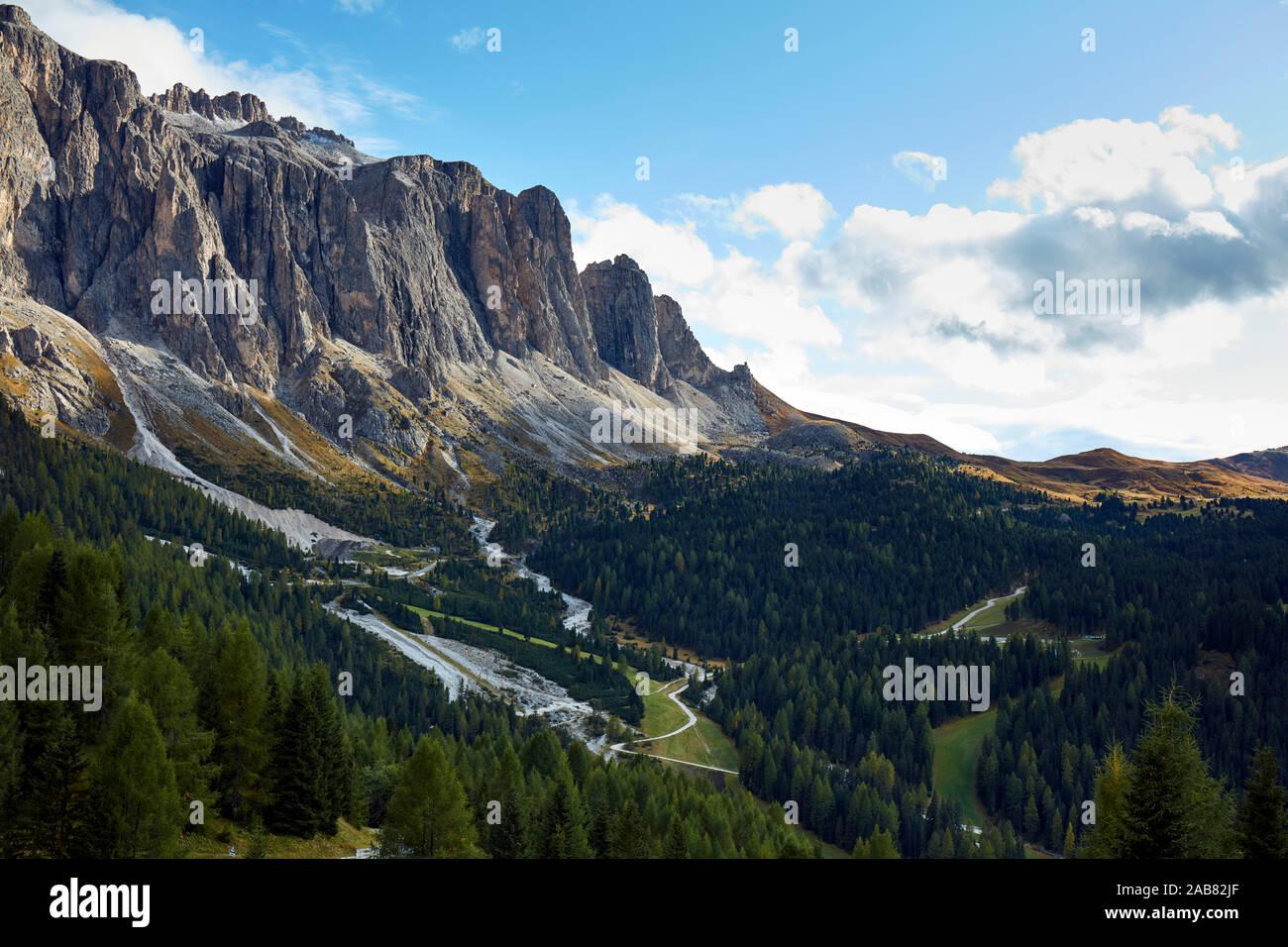 Une partie de chaîne de montagnes Marmolada dans les cols alpins au début de l'automne, le Tyrol du Sud, Italie, Europe Banque D'Images