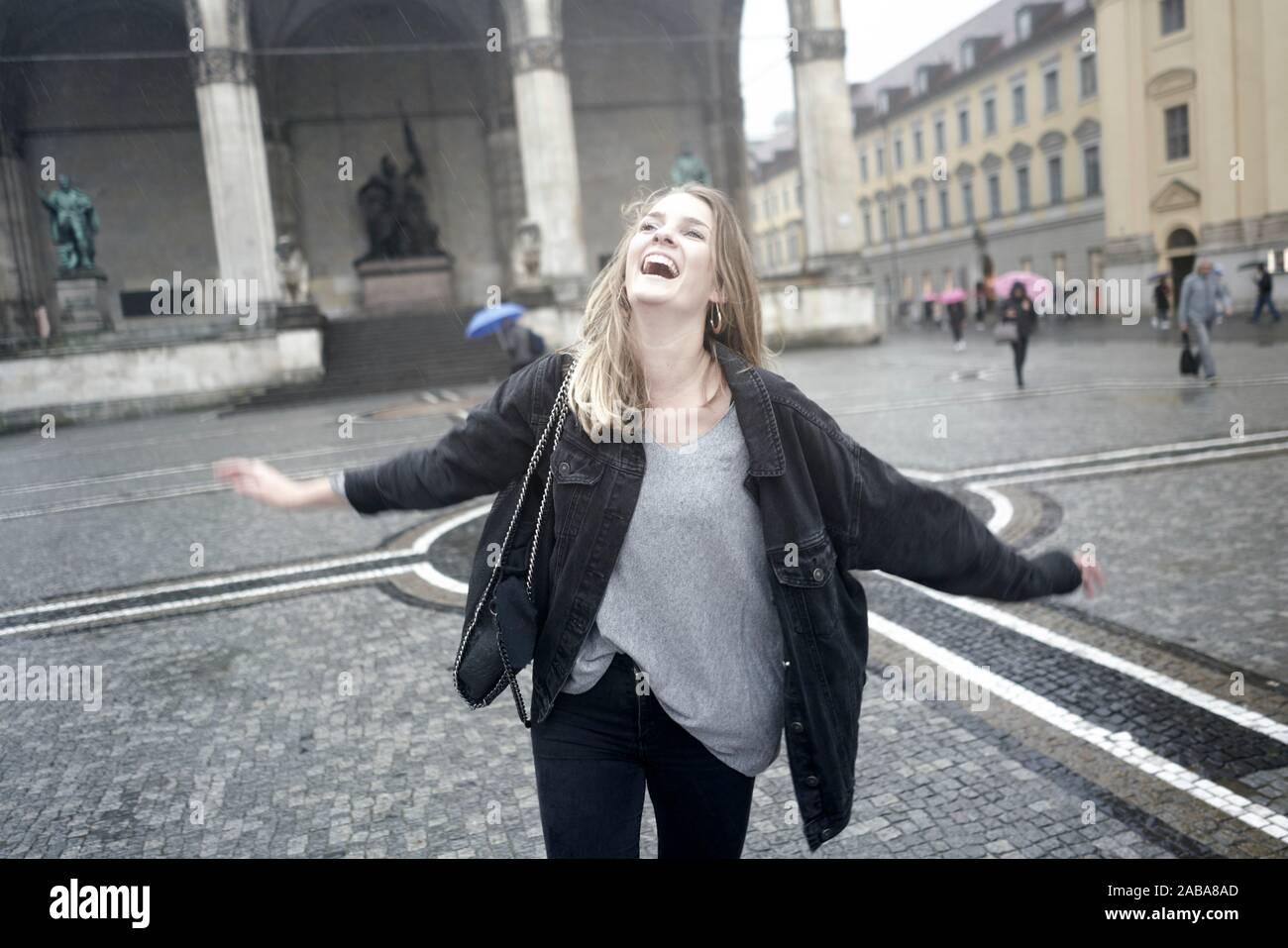 Femme exubérante à Odeonsplatz à Munich, Allemagne. Banque D'Images