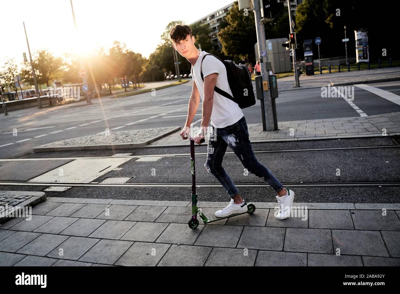 Jeune homme en scooter, Munich, Allemagne. Banque D'Images