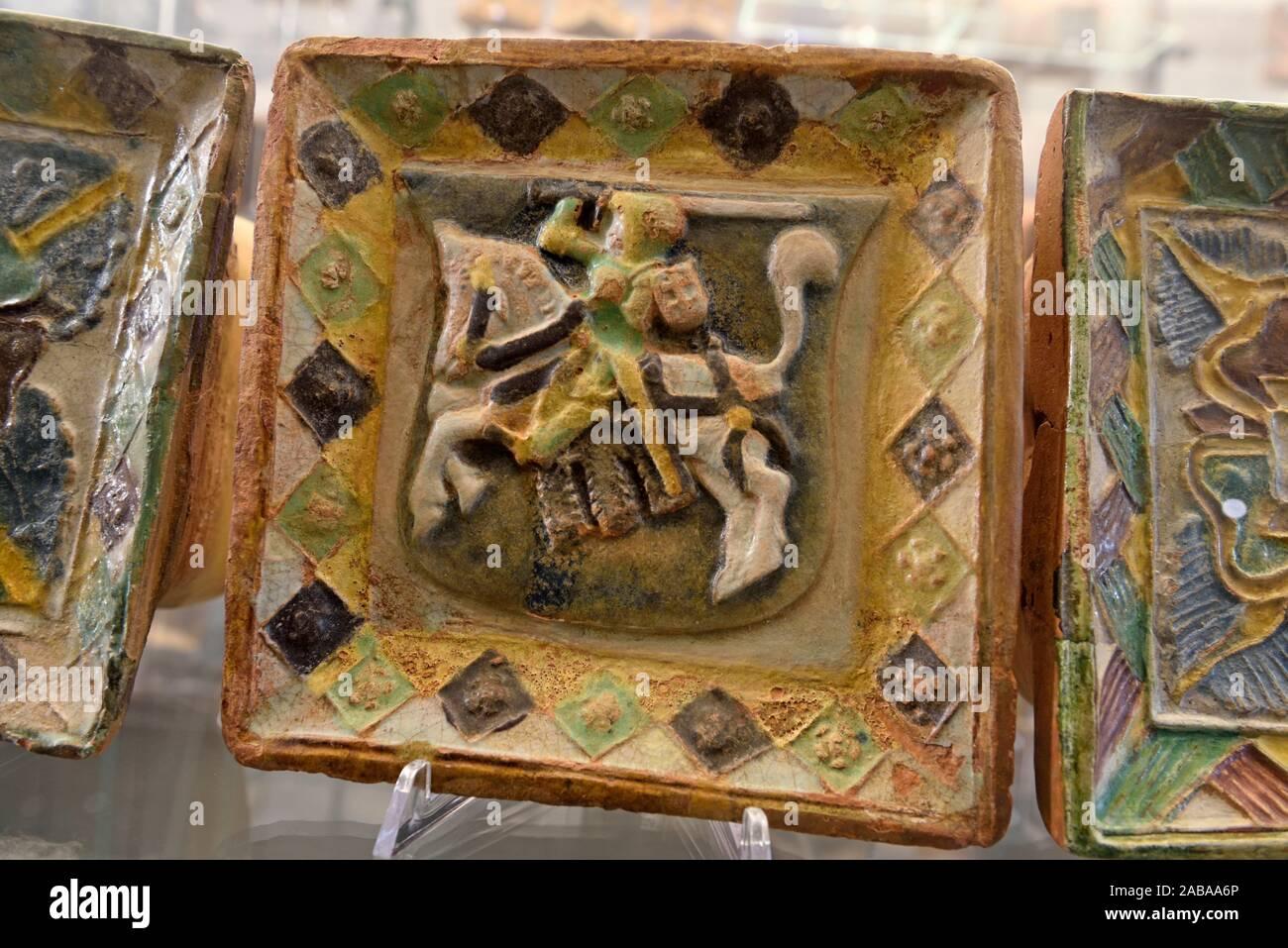 Carreau d.argile emaille avec les armoiries du Grand-Duché de Lituanie, milieu du XVIe siècle, Musée National, Palais des Grands Ducs de Lituanie, Banque D'Images
