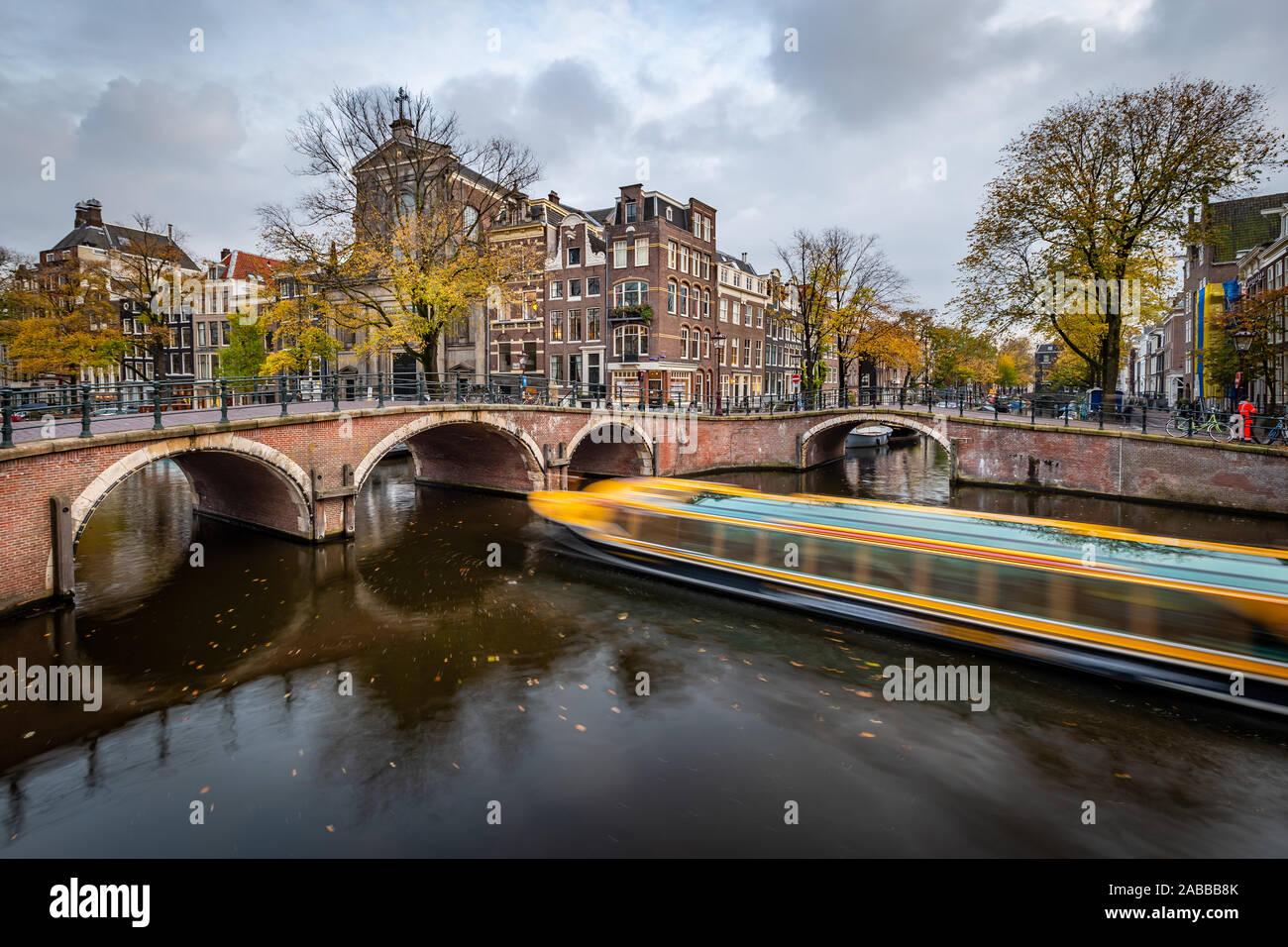 Vue de nuit Amterdam cityscape avec canal, pont et maisons de la cité médiévale dans le crépuscule du soir allumé. Amsterdam, Pays-Bas Banque D'Images