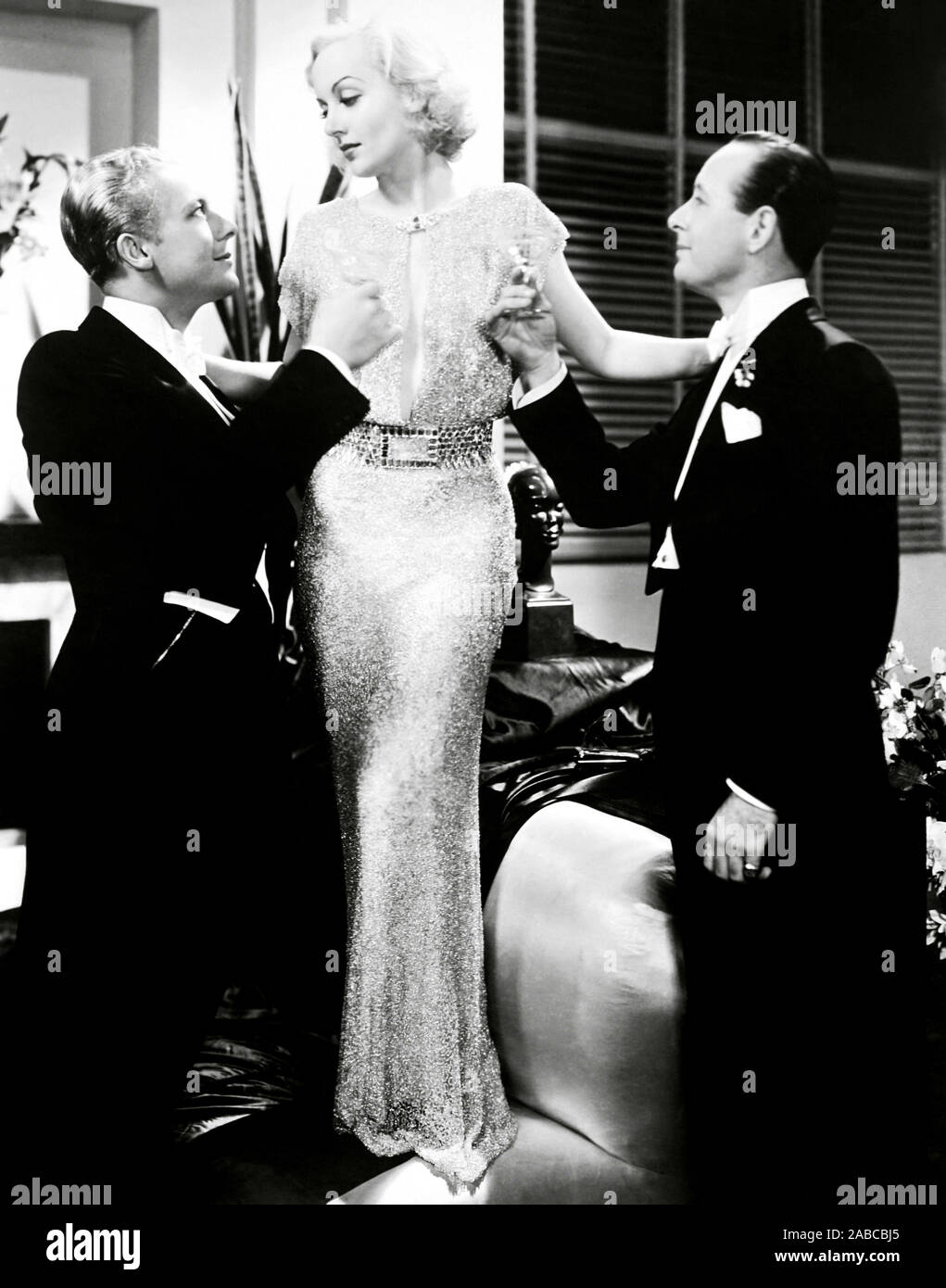 Bref moment, de gauche, Gene Raymond, Carole Lombard (dans une robe par Robert Kalloch), Monroe Owsley, 1933 Banque D'Images