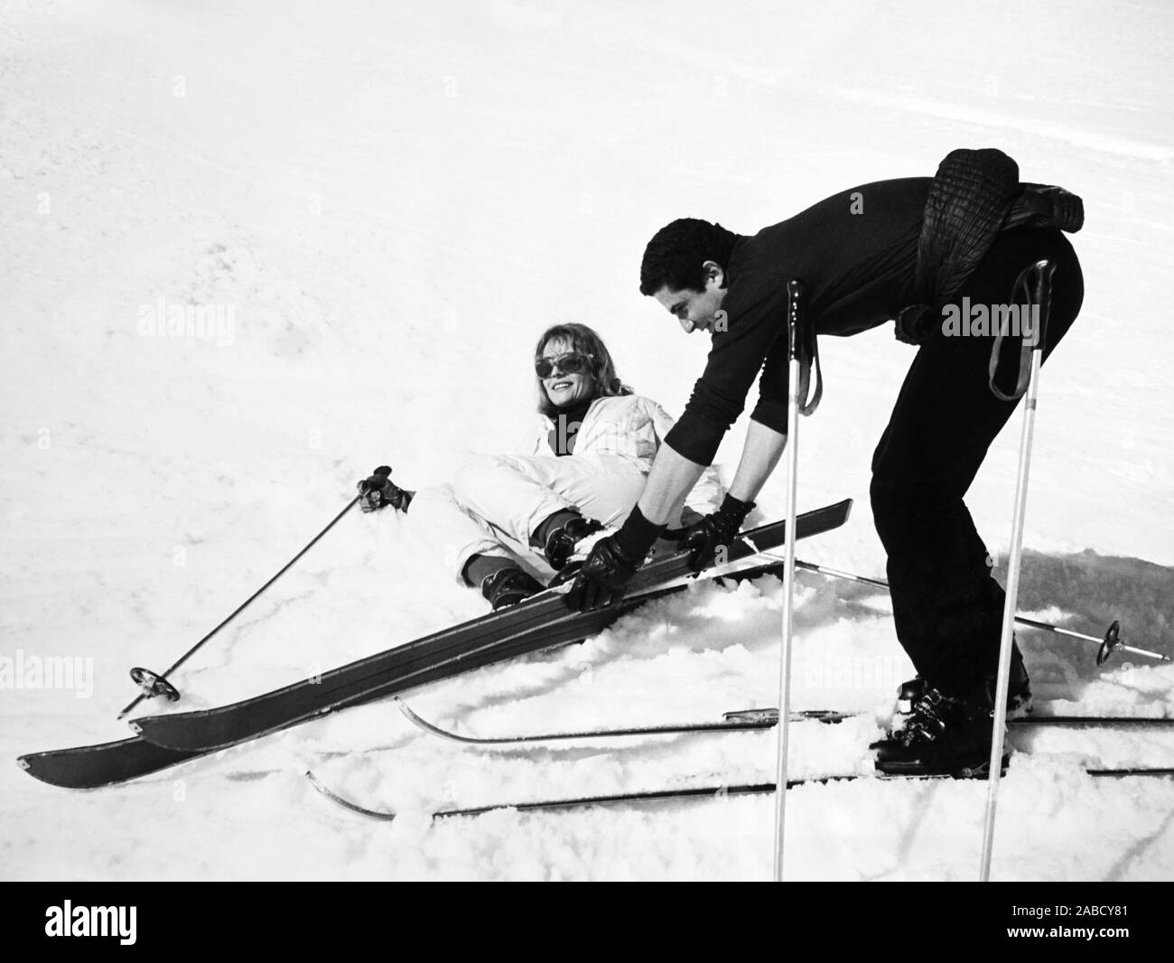 Vivre POUR LA VIE, (aka VIVRE POUR VIVRE), de gauche à droite: Annie Girardot, réalisateur Claude Lelouch sur location à Courchevel, France, 1967 Banque D'Images